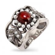 Серебряное кольцо c гранатом, микрожемчугом и марказитами